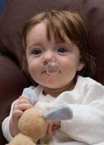 Bambina con moccola