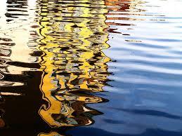 rriflessi sull'acqua gialli